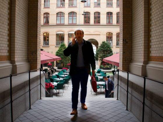 Ralph Scholze telefonierend Geschäftstermin in Hamburg 2019 - Inhaber von webpixelkonsum