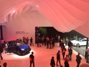 Abbildung zeigt einen Teil der IAA 2019. Einen Teil von dem Pavillon Mercedes.